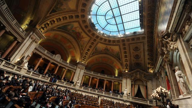 Vue générale du Parlement portugais où les députés du parti socialiste se lèvent pour voter, au palais Sao Bento de Lisbonne, le 25 mars 2010 [Francisco LEONG / AFP/Archives]