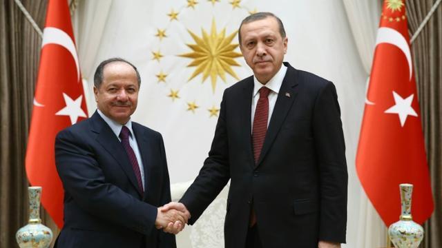 Poignée de mains entre le président du Kurdistan irakien Massoud Barzani (g) et le président turc Recep Tayyip Erdogan, le 9 décembre 2015 à Ankara [KAYHAN OZER / AFP]