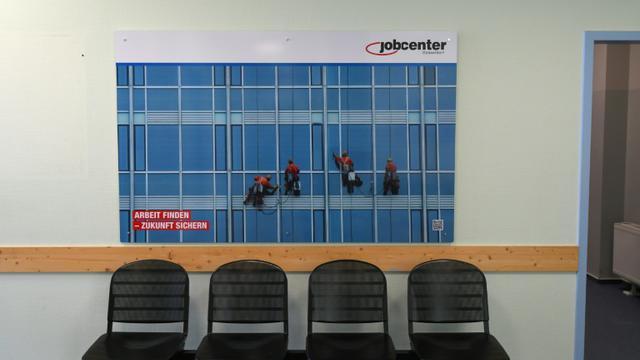 Le contrôle des chômeurs, que le gouvernement envisage de renforcer, est une pratique courante en Europe. [PATRIK STOLLARZ / AFP/Archives]