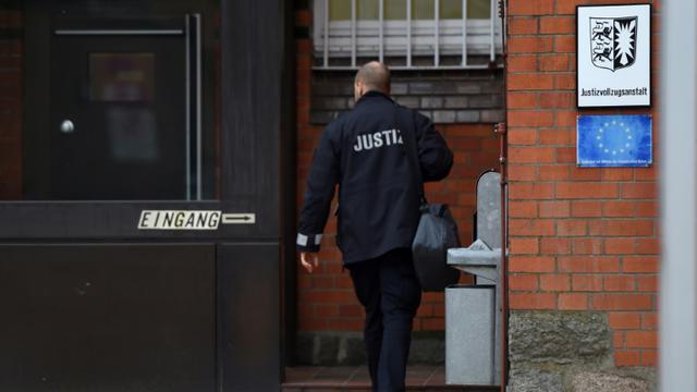 Un officier de justice entre dans le centre de détention de Neumuenster (nord de l'Allemagne), où l'ex-président indépendantiste catalan Carles Puigdemont serait détenu après avoir été arrêté en Allemagne sur la base d'un mandat d'arrêt européen, le 25 mars 2018  [PATRIK STOLLARZ                      / AFP]