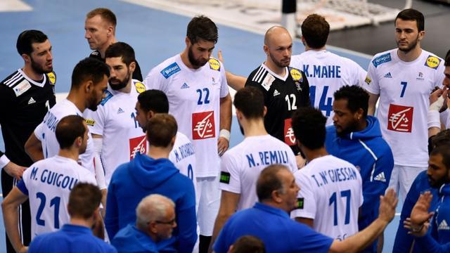 L'équipe de France à l'issue de sa défaite en demi-finales du Mondial face au Danemark, à Hambourg, le 25 janvier 2019 [John MACDOUGALL / AFP]
