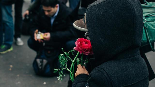 Moment de recueillement dans les rues de Paris suite aux attentats du 13 novembre.