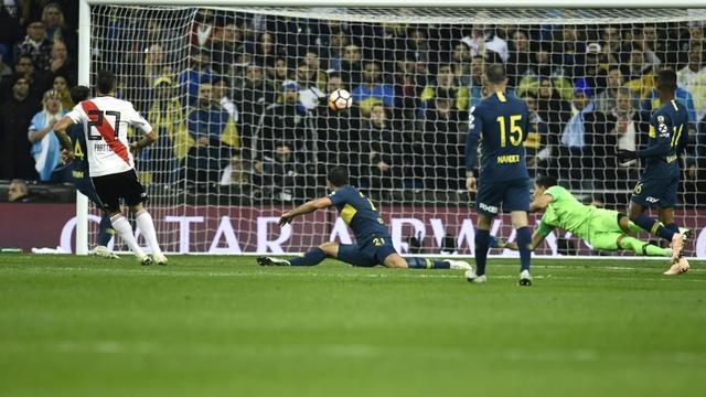 Le joueur de River Plate Lucas Pratto (g) buteur lors de la victoire face à Boca Juniors à Madrid lors de la finale retour de la Copa Libertadores le 9 décembre 2018 [OSCAR DEL POZO / AFP]