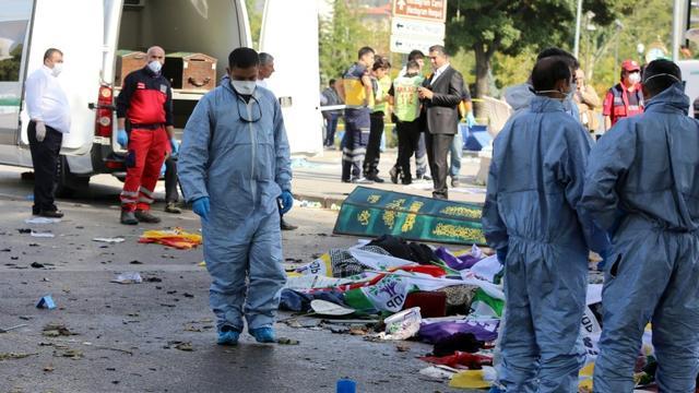 Des secouristes interviennent sur les lieux du double attentat qui a fait 86 morts à Ankara en Turquie, le 10 octobre 2015    [Adem Altan / AFP]