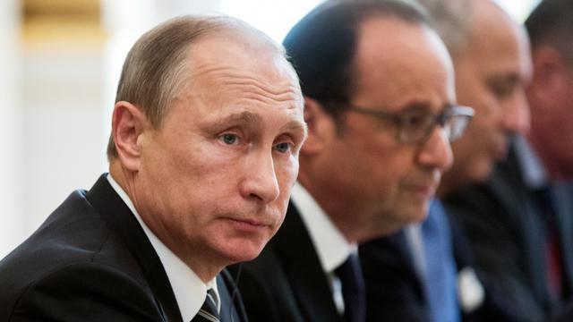 Le président russe Vladimir Poutine (G) et le président français François Hollande à l'Elysée à Paris le 2 octobre 2015 [ETIENNE LAURENT / EPA/AFP/Archives]