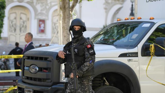 Un membre des forces de sécurité en garde sur le site d'un attentat qui a fait 20 blessés dont quinze policiers en plein centre de Tunis le 29 octobre 2018 [FETHI BELAID / AFP]