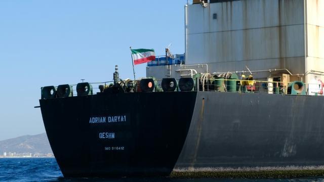Un drapeau iranien flotte à bord du pétrolier Adrian Darya, connu auparavant sous le nom de Grace 1, au large des côtes de Gibraltar le 18 août 2019 [Johnny BUGEJA / AFP]