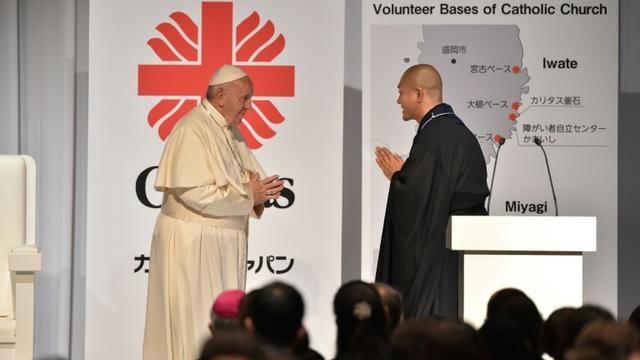Le pape François rencontre un moine Bouddhiste pendant une rencontre avec les victimes de la catastrophe du 11 mars 2011 au Japon, le 25 novembre 2019 à Tokyo [Kazuhiro NOGI / AFP]