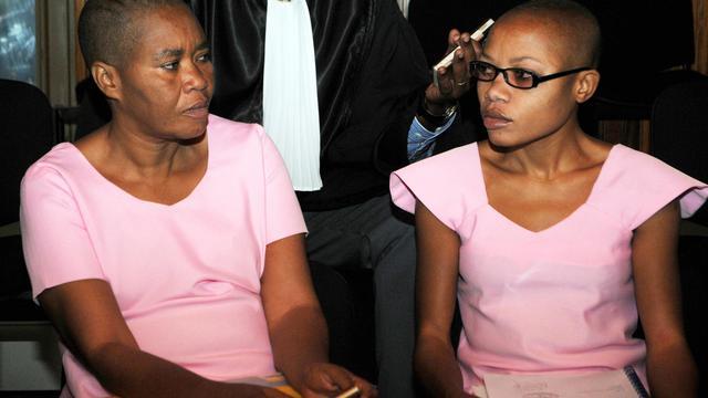 La journaliste rwandaise Agnes Uwimana Nkusi (d) et Saidati Mukakibibi (g), le 30 janvier 2012 lors de leur appel devant la Cour suprême de Kigali. Elles avaient été initialement condamnées en février 2011 à respectivement 17 et 7 ans de prison [Steve Terrill / AFP/Archives]