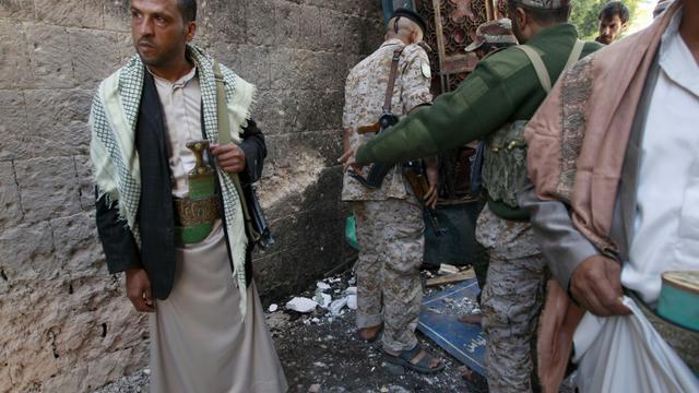 Des rebelles chiites Houthis sur le lieu de l'attentat commis le 24 septembre 2015 à Sanaa [MOHAMMED HUWAIS / AFP]
