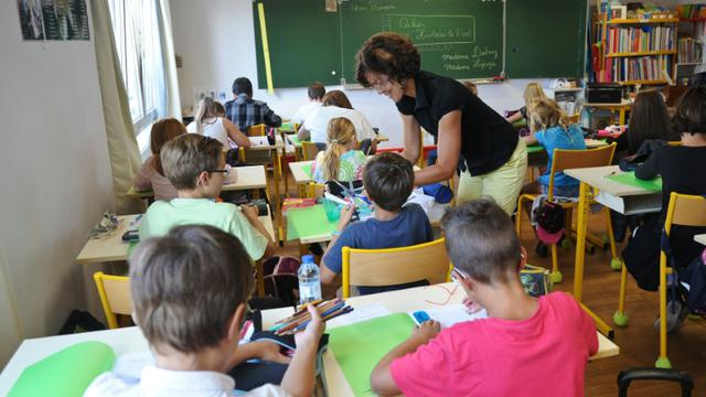 Une enseignante au milieu de ses élèves le 1er septembre 2015 dans une école primaire à Aytre dans le sud-ouest de la France [XAVIER LEOTY / AFP]