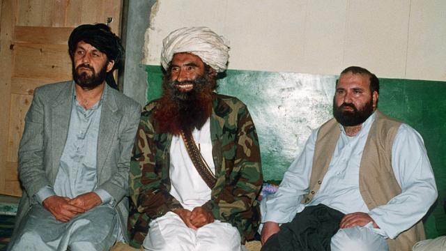 Photo du 2 avril 1991 de Jalaluddin Haqqani (centre), chef d'un puissant réseau, avec deux autres commandants de la rebellion, Amin Wardak et Abdul Haq, dans sa base de Miranshah au Pakistan [Zubair MIR / AFP/Archives]