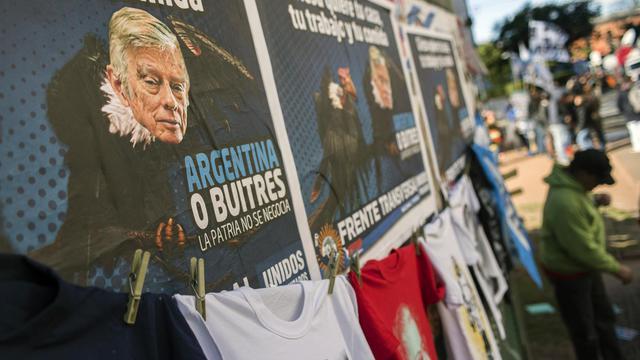 Des affiches tournent en dérision le juge américain Thomas Griesa, en marge d'un rassemblement des sympathisants de la présidente argentine Kirchner, le 12 août 2014 à Buenos Aires [Leo la Valle / AFP/Archives]