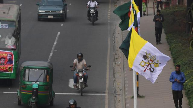 Les casques sont désormais obligatoires sur les deux-roues à Dacca, au Bangladesh.