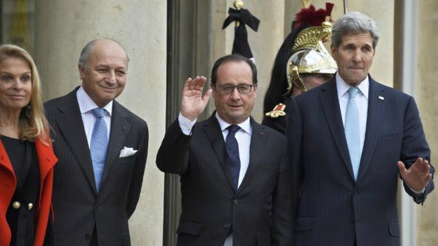 L'ambassadrice des Etats-Unis en France, Jane Hartley, le ministre des Affaires étrangères Laurent Fabius, le président François Hollande et le secrétaire d'État américain John Kerry sur le perron de l'Élysée mardi 17 novembre 2015