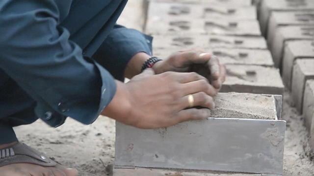 Afghanistan : grimées en homme pour travailler