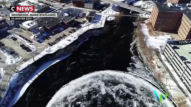 Etats-Unis : un disque de glace se forme sur une rivière
