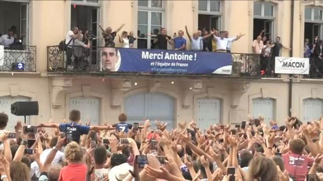 Antoine Griezmann (et sa fille Mia) accueillis en héros à Mâcon