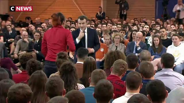 Une jeune femme interpelle Macron sur l'autisme