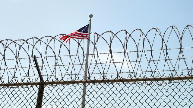 Un drapeau américain sur la prison militaire américaine de Guantanamo.