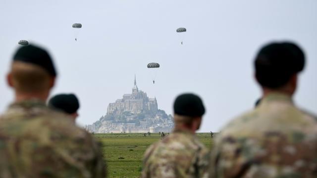 Des parachutistes américains sautent au-dessus du Mont Saint-Michel pour s'entraîner aux célébrations du 75e anniversaire du Débarquement du 6 juin 1944 [Damien MEYER / AFP]