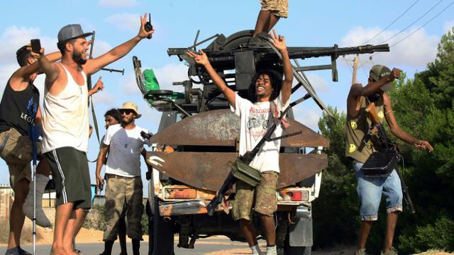 Photo de membres de milices libyennes impliquées dans les récents combats survenus en banlieue sud de la capitale Tripoli, le 25 septembre 2018 [MAHMUD TURKIA / AFP]