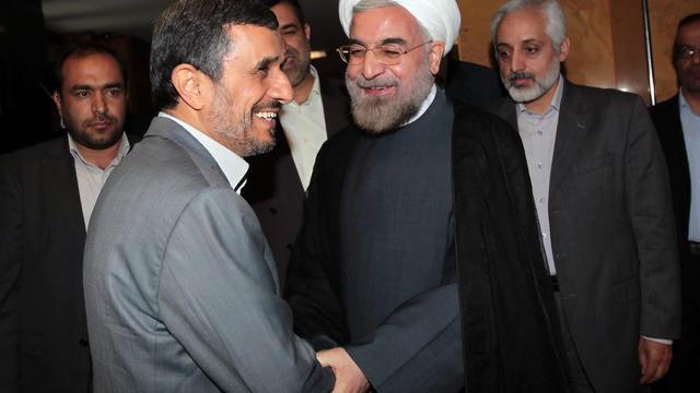 Photo extraite du site web de la présidence iranienne montrant Mahmoud Ahmadinejad (G) et son successeur Hassan Rohani (C), le 18 juin 2013 à Téhéran [ / Site de la présidence iranienne/AFP]