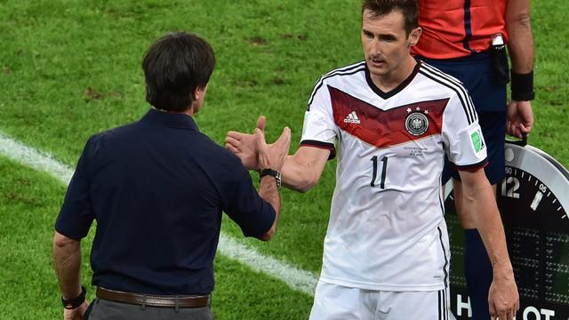 Miroslav Klose (droite) salué par l'entraîneur allemand Joachim Loew après avoir été remplacé lors de la finale de la Coupe du Monde 2014, le 13 juillet à Rio de Janeiro [Nelson Almeida / POOL/AFP]