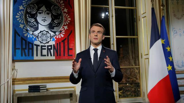Le président Emmanuel Macron s'exprime lors des voeux aux Français le 31 décembre 2018, depuis son bureau à l'Elysée [Michel Euler / POOL/AFP]