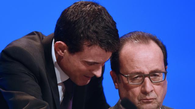 Manuel Valls parle à François Hollande le 18 novembre 2015 à Paris  [STEPHANE DE SAKUTIN / POOL/AFP]