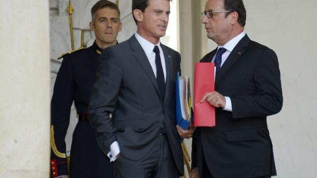 Le président français François Hollande (d) et son Premier ministre Manuel Valls (c) sur le perron de l'Elysée à Paris, le 23 septembre 2015 [BERTRAND GUAY / AFP/Archives]