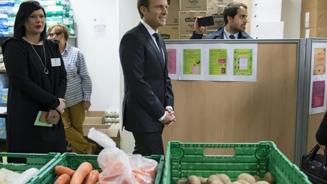 Emmanuel Macron visite un centre des Restos du Coeur, à Paris, le 21 novembre 2017 [Ian LANGSDON / POOL/AFP]
