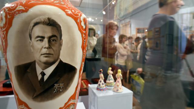 Des visiteurs à l'exposition officielle en hommage à Léonid Brejnev, le 12 février 2016 à Moscou en Russie [ALEXANDER NEMENOV / AFP/Archives]