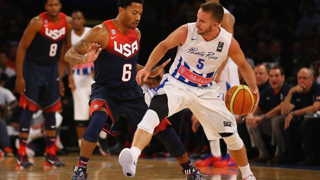 Le meneur de jeu Derrick Rose (N.6) et les Etats-Unis se sont imposés au Porto Rico en match de préparation au Mondial de Basket, le 22 août 2014 au Madison Square Garden à New York [Al Bello / AFP/Archives]