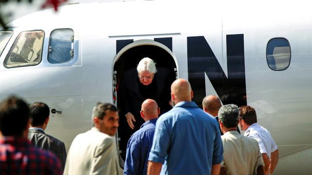 L'émissaire de l'ONU au Yémen, Martin Griffiths (C), à son arrivée à Sanaa, lors d'un précédent déplacement le 21 novembre 2018 [MOHAMMED HUWAIS / AFP/Archives]