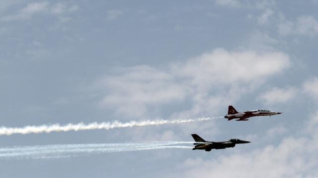 Deux avions de chasse de l'armée turque dans le ciel de Nicosie à Chypre, le 20 juillet 2014 [Yiannis Kourtoglou / AFP/Archives]