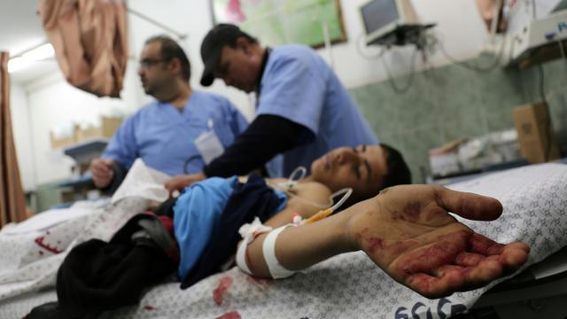 Des médecins traitent un Palestinien blessé dans un hôpital de Rafah, une localité du sud de la bande de Gaza cible de raids aériens israéliens, le 17 février 2018 [Said KHATIB / AFP]