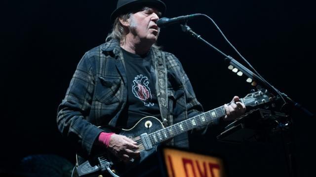 Le rockeur Neil Young, lors d'un concert à Québec au Canada, le 6 juillet 2018 [Alice Chiche / AFP/Archives]