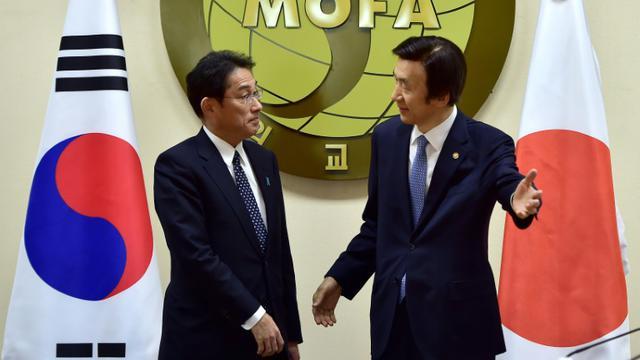Les ministres japonais Fumio Kishida et sud-coréen des Affaires étrangères le 28 décembre 2015 à Séoul   [JUNG YEON-JE / POOL/AFP]