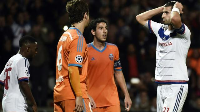 La déception du capitaine lyonnais Maxime Gonalons, après la défaite contre Valence le 29 septembre 2015 à Gerland [JEFF PACHOUD / AFP]