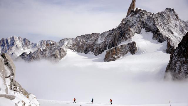 Une cordée d'alpinistes près de la Dent du Géant à 3.400 mètres d'altitude dans la massif du Mont Blanc le 11 septembre 2013 [Jean-Pierre Clatot / AFP/Archives]