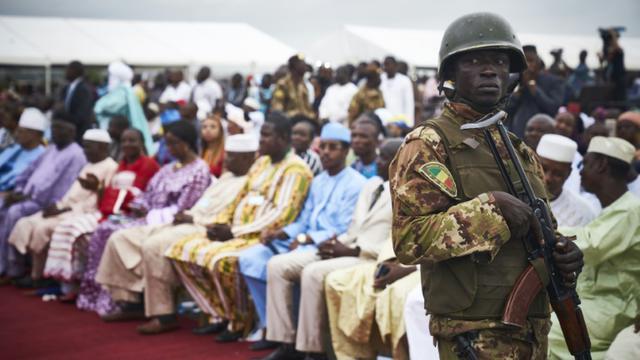 Un soldat malien monte la garde lors du dernier meeting avant la présidentielle du président malien et candidat à sa propre sucession, Ibrahim Boubacar Keita, le 10 août à Bamako  [Michele CATTANI, Michele CATTANI / AFP]