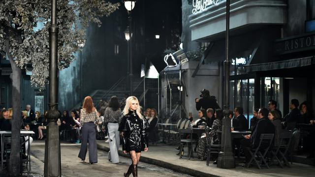 Défilé Chanel à Rome, dans le cadre du mythique studio 5 de Fellini à Cinecittà,  le 1er décembre 2015 [GABRIEL BOUYS / AFP]