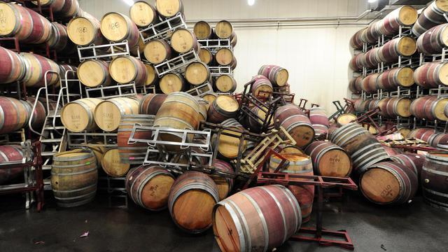 Des fûts sont éparpillés sur le sol d'une salle de stockage de Bouchaine Vineyards dans la région de Napa Valley, en Californie, après le séisme le 24 août 2014 [Josh Edelson / AFP]