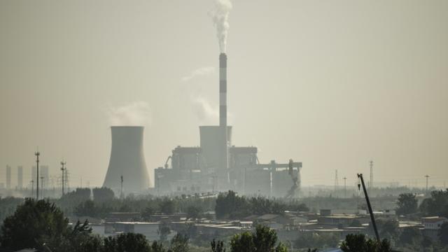 Une cheminée d'usine, le 25 septembre 2015 à Shijiazhuang, dans la province du Hebei, en Chine [Fred Dufour / AFP/Archives]