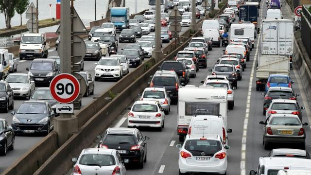 En ce premier jour des vacances d'hiver, Bison Futé voit rouge en Auvergne-Rhône-Alpes et les conducteurs devront être particulièrement vigilants dans la Loire et le Rhône où des vents violents sont attendus à la mi-journée [PHILIPPE DESMAZES / AFP/Archives]