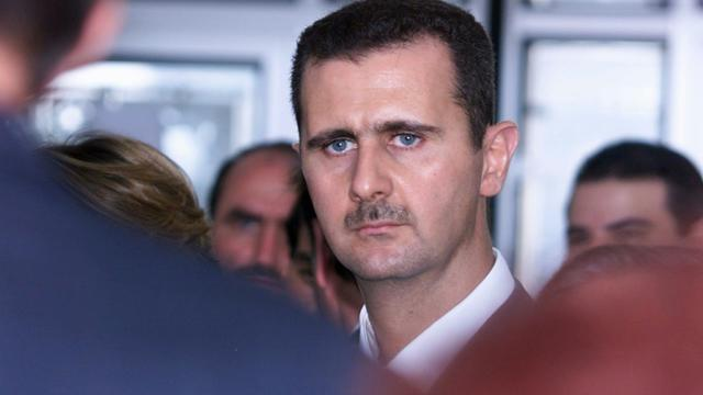 Le président syrien Bachar al-Assad photographié lors de sa visite à l'Institut du Monde arabe à Paris le 26 juin 2001 [Jack Guez / AFP/Archives]