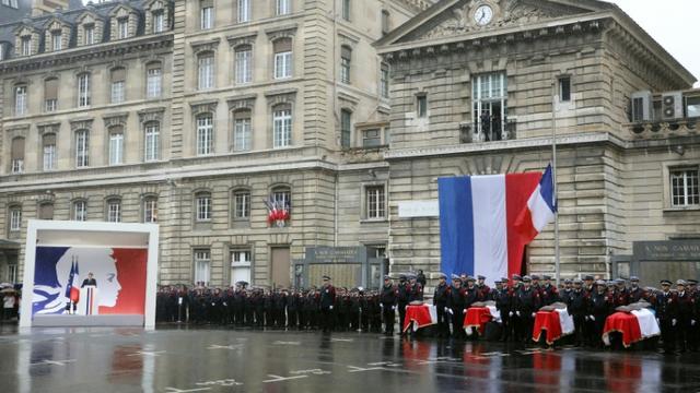 Le président Emmanuel Macron (G) prononce un discours lors de l'hommage aux quatre victimes de l'attaque de la préfecture de police, à Paris le 8 octobre 2019 [ludovic MARIN / AFP/Archives]