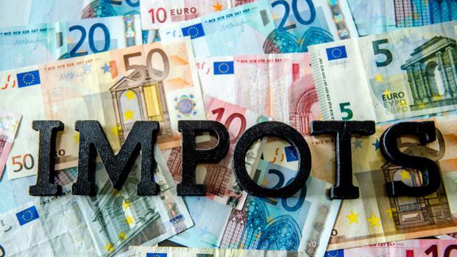 A petits pas, ajustement après ajustement, le gouvernement poursuit cette année encore son objectif de faire oublier les hausses massives d'impôts de début de quinquennat [Philippe Huguen / AFP]