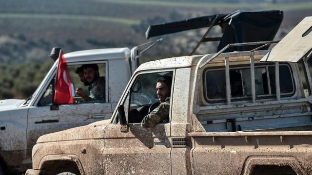 """Des rebelles syriens pro-turcs avancent vers Kilis, à la frontière avec la Syrie, lors de l'offensive turque """"Rameau d'olivier"""" contre les unités kurdes YPG, le 30 janvier 2018 [OZAN KOSE / AFP]"""